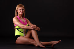 La donna di forma fisica in relativo alla ginnastica-si veste Fotografia Stock