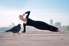 La donna di forma fisica si esercita sul pilastro durante l'allenamento di addestramento di sport Immagine Stock Libera da Diritti