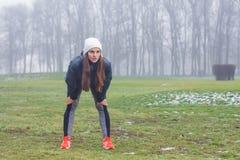 La donna di forma fisica si rilassa dopo avere corso Immagini Stock Libere da Diritti