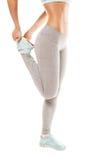 La donna di forma fisica sta allungando prima di pareggiare Forma fisica Fotografia Stock