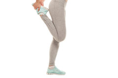 La donna di forma fisica sta allungando prima di pareggiare Forma fisica e stile di vita Immagine Stock