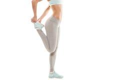 La donna di forma fisica sta allungando prima di pareggiare Forma fisica e stile di vita Immagini Stock Libere da Diritti