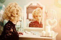 La donna di lusso ricca di bellezza gradisce Marilyn Monroe Bello fashiona Fotografia Stock Libera da Diritti