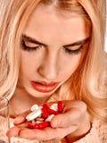 La donna di malattia che ha influenza prende le pillole Immagine Stock Libera da Diritti