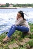 La donna di modello di sorriso della sponda del fiume della ragazza XXL di dimensione più si rilassa fotografie stock