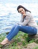 La donna di modello di sorriso della sponda del fiume della ragazza XXL di dimensione più si rilassa immagine stock libera da diritti