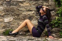 La donna di modo gode del sole Immagine Stock