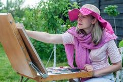 La donna di modo sta dipingendo Fotografie Stock Libere da Diritti