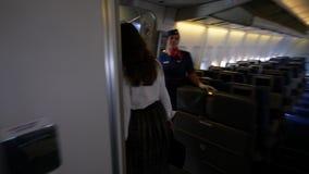 La donna di Passanger cammina aereo di linea fuori boing in aerobridge video d archivio