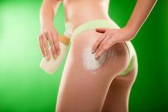 La donna di perdita di peso applica la crema delle celluliti Fotografie Stock