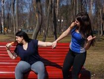 La donna di peso eccessivo è pigra cominciare prepararsi e smettere di mangiare troppo Fotografia Stock