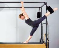 La donna di Pilates in gambe spaccate della Cadillac allunga l'esercizio Fotografia Stock Libera da Diritti