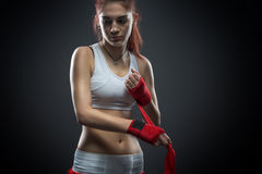 La donna di pugilato lega la fasciatura sulla sua mano, prima della formazione, foto del dettaglio Fotografia Stock