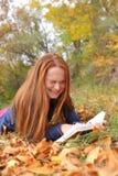 La donna di Redhead si trova su erba Fotografia Stock Libera da Diritti