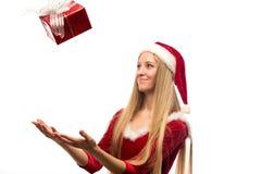 La donna di Santa prende il suo regalo di Natale delle mani isolato Fotografia Stock