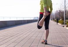 La donna di sport ha allungamento dell'addestramento fuori nella mattina Fotografie Stock Libere da Diritti