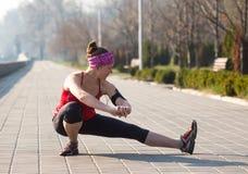 La donna di sport ha allungamento dell'addestramento fuori nella mattina Immagine Stock Libera da Diritti