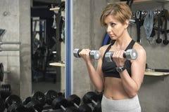 La donna di sport prepara il bicipite fotografie stock libere da diritti