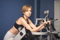 La donna di sport prepara il bicipite immagini stock libere da diritti