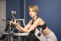 La donna di sport prepara il bicipite immagini stock