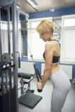 La donna di sport prepara il tricipite fotografie stock