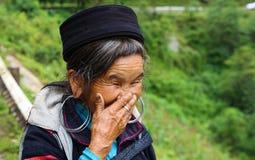 La donna di tribù di risata Immagini Stock Libere da Diritti
