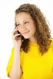 La donna di Ucasian sta chiamando con un telefono mobile Immagini Stock Libere da Diritti
