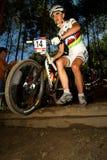 La donna di UCI MTB che funziona sopra cade fuori Fotografia Stock Libera da Diritti