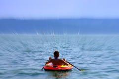 La donna di vacanza estiva gode del canottaggio Fotografia Stock