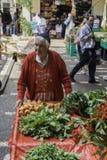 La donna di verdure vestita in attrezzatura tradizionale Fotografia Stock Libera da Diritti