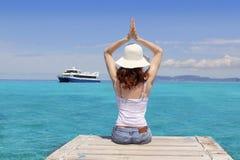 La donna di yoga si distende il mare tropicale Formentera Balearic fotografia stock