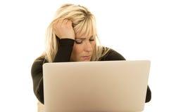 La donna dietro il computer portatile osserva chiuso Fotografia Stock Libera da Diritti