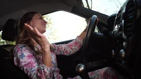 La donna dietro la ruota, divertimento che balla e che canta 4K Mo lento video d archivio