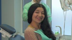 La donna dimostra i suoi denti al dentista video d archivio