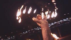 La donna dimostra la manifestazione del fuoco al lungonmare sul partito in night-club pericoloso intrattenimento Acqua stock footage