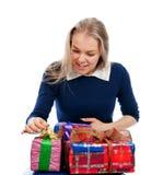 La donna disimballa i regali ricevuti Fotografia Stock Libera da Diritti