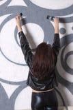 La donna dissipa i graffiti Fotografia Stock Libera da Diritti