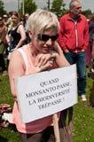 La donna durante la dimostrazione contro Monsanto e il transatlantique ha trattato per il produc Fotografie Stock