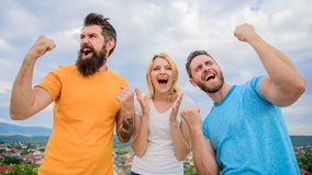 La donna e gli uomini sembrano riuscito emozionale celebrano il fondo del cielo di vittoria Siamo vincitori Celebri il successo c immagine stock libera da diritti