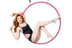 La donna e l'aria suonano, acrobatica di amori della giovane donna Fotografia Stock