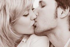 La donna e l'uomo baciano il primo piano Immagine Stock Libera da Diritti