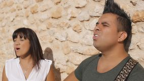La donna e l'uomo cantano una canzone con una chitarra video d archivio