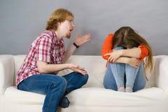 La donna e l'uomo dopo discutono sul sofà Fotografie Stock