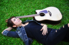 La donna e la chitarra fotografia stock