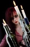 La donna e le candele fotografia stock