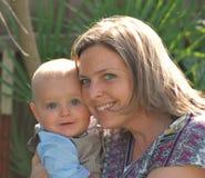 La donna ed il bambino esaminano la macchina fotografica e sorridono Fotografia Stock Libera da Diritti