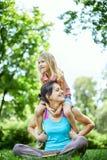 La donna ed il bambino felici nella molla di fioritura fanno il giardinaggio Concetto di festa di giorno di madri fotografia stock libera da diritti