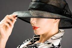 La donna elegante è in un cappello Fotografie Stock