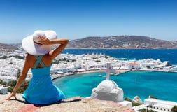 La donna elegante gode della vista sopra la città di Mykonos fotografia stock libera da diritti