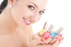 La donna elegante sceglie il colore dello smalto di chiodo Fotografia Stock